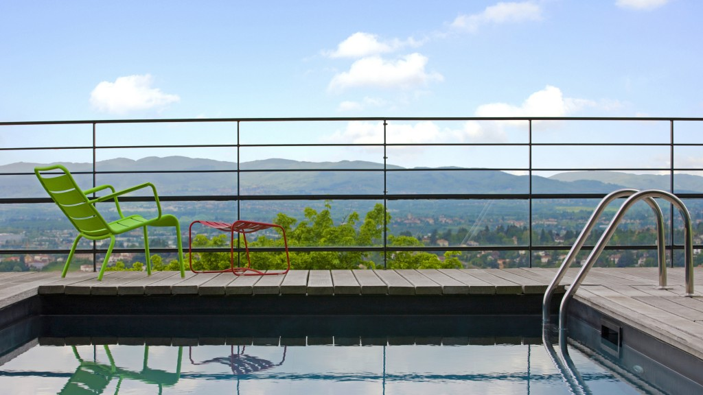 Bathing pool on a balcony with a view in Lyon